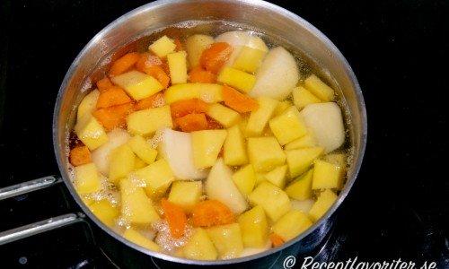 Rotgrönsaker kokas mjuka i vatten