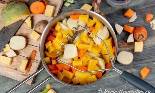 Rotgrönsakerna mosas med en potatisstöt