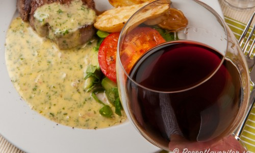 Till oxfilén är ett lagrat fylligt rödvin ex. Cabernet Sauvignon, Shiraz, Merlot eller en italiensk Amarone gott.