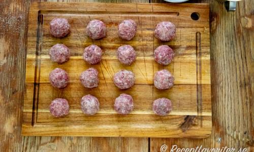 Rulla upp all renfärssmet till fina runda köttbullar innan du börjar steka.