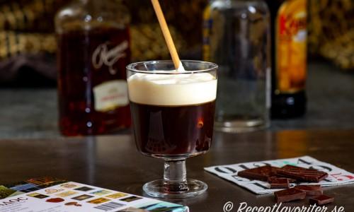 Russian Coffee i glas med lättvispad grädde och sugrör