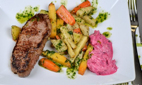 Rödbetstzatziki passar som röra och sås till det mesta som grillat, grönsaker och på buffé.