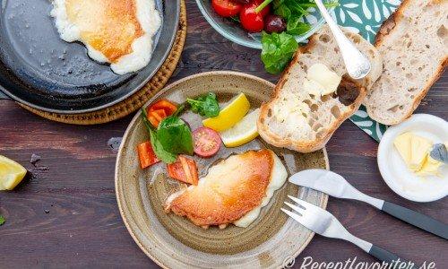 Jag serverade min Saganaki med citron, grönsallad och surdegsbröd samt smör. En ost räcket till två små förrätter eller en stor förrätt.