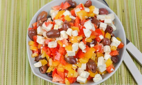 Sallad på fetaost, paprika och oliver