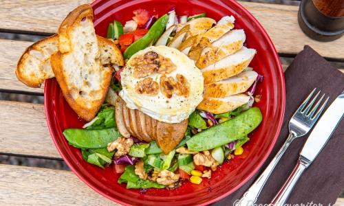 Getostsalladen med kyckling, päron och valnötter passar utmärkt som lunch, lyxig lunchlåda, picknick, utflykt eller lätt middag.