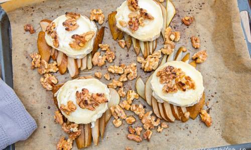 Skivade päron på plåt toppade med citron, getost, honung och valnötter bakade i ugnen.