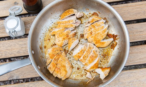Kycklingfiléerna steks i smör och får vila samt skärs sedan i sneda skivor mot köttfibrerna.