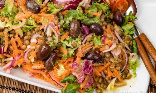 Grönsallad med linser, oliver, morot och tomat