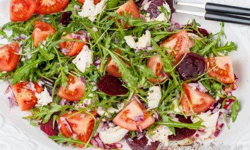 Sallad med rödbetor, ruccolla, mozzarella och tomat