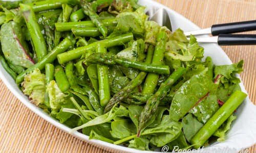 Grönsallad med grön sparris - så grönt det kan bli.