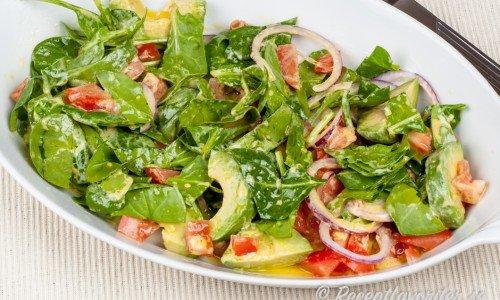 Grönsallad med tomat, avokado och rödlök