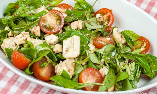 Salladen toppas med dressing på balsamvinäger, honung och olivolja