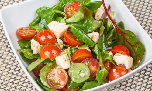 Sallad med tomater, fetaost och mâchesallad i skål