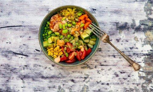 Salladsbowl med tonfiskröra i skål