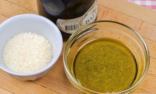 Salladsdressing med balsamvinäger och riven parmesanost.