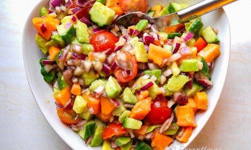 Salsa med papaya, avokado och tomat i skål
