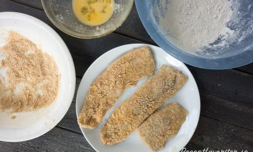 Den urvattnade saltsillen dubbelpaneras med mjöl, ägg och skorpmjöl.