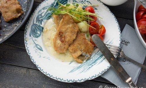 Saltsill med löksås. Den salta sillen smakar bra ihop med söt löksås och potatis. Speciellt när det är varmt ute och man är sugen på salt.