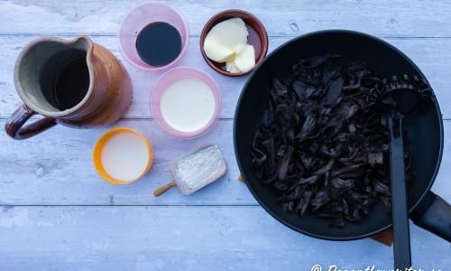 Ingredienser till såsen: svart trumpetsvamp, smör, grönsaksbuljong, grädde, vetemjöl, grädde, mjölk och ljus soja.