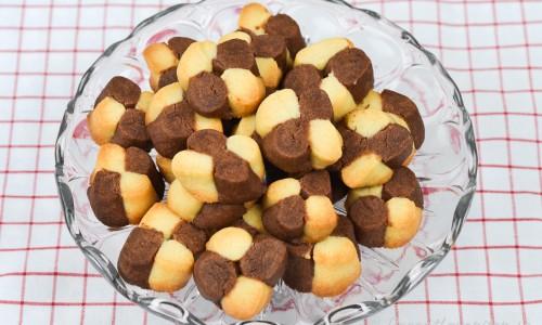 Knapriga och nybakta schackrutor - en klassisk småkaka med ljus och mörk mördeg.