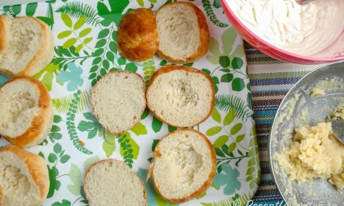 Skär loss toppen - locket - på bullarna och fyll med mandelmassa samt vispad grädde.