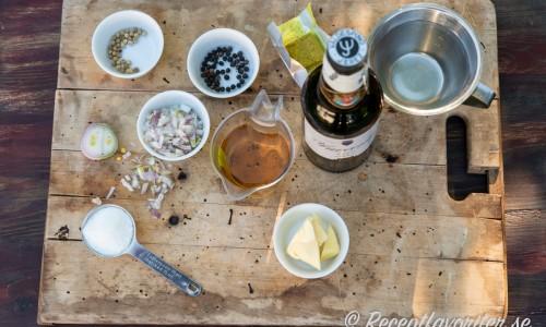 Ingredienser till sherrysåsen på skärbräda.