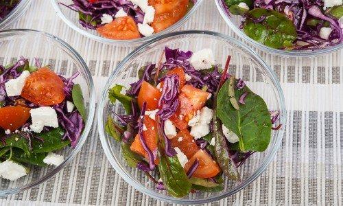 Gör portioner av sallad och servera som sidosallad. Här med tomat, rödkål, mangold och fetaost.