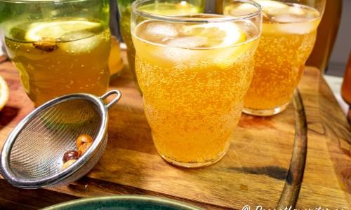 Bubblande sima citronläsk i glas