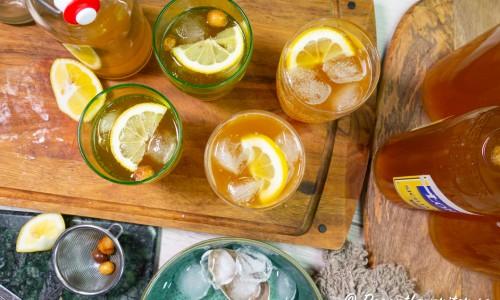 Sima citronläsk serverad med is och citron