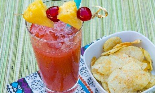 Singapore Sling i glas med fruktspett