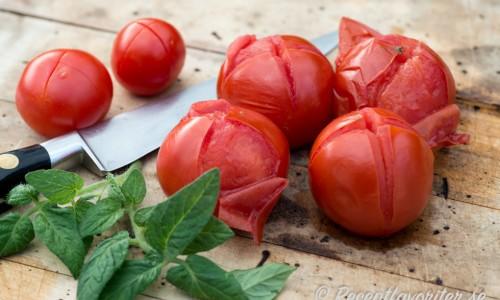 Skållade, skalade samt tärnade tomater kallas tomatconcasse
