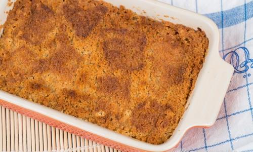 Skånsk äppelkaka eller äppelpaj bakas med rivna äpplen, smör och smulad kavring eller ströbröd på toppen.