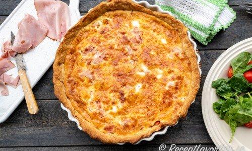 Skinkpaj med ost i pajform med sallad till