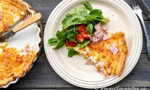 Ost- och skinkpaj är gott med en grönsallad till som lunch, lätt middag, till buffé, matlåda eller utflykt.