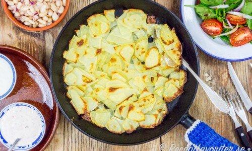Ugnsrostad skivad potatis i stekpanna