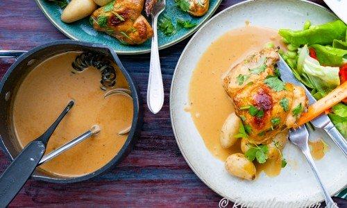 Skysås eller steksås serverad på tallrik med kyckling och tillbehör