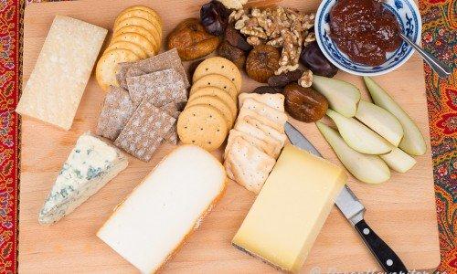 Smakrik ostbricka och sött vin