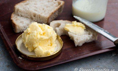 Recept med smör. Ovan hemgjort smör skakat av grädde