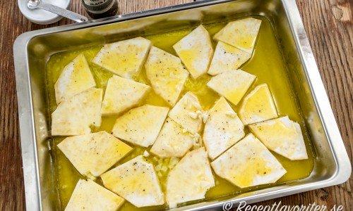 Rotsellerin bakas i ugnen med smält smör och vitlök.