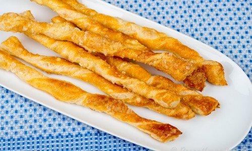 Baka goda smördegspinnar eller sticks - jättegoda som festligt tillbehör till soppa, sallad, förrätter eller på buffé.
