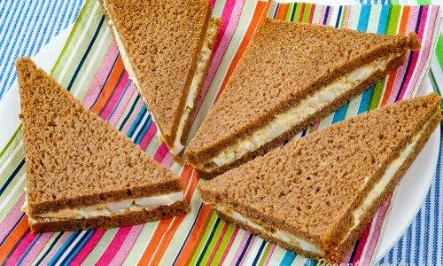 Smörgåstrekanter med äggsallad på fat