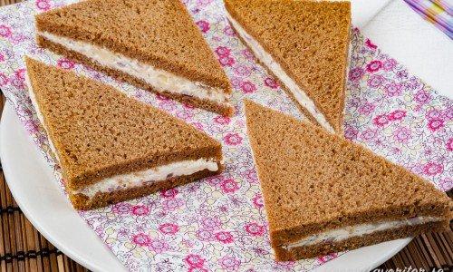 Smörgåstrekanter med cheddar- och färskostfyllning