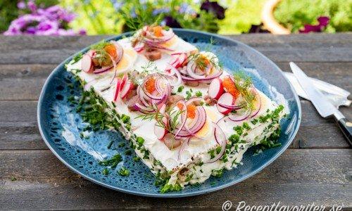 Smörgåstårta med matjessill, Västerbottenost och kavring med mera på bricka