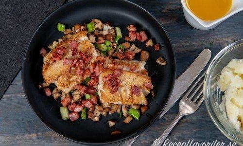 Stekt gös på fat med bacon, champinjoner och salladslök