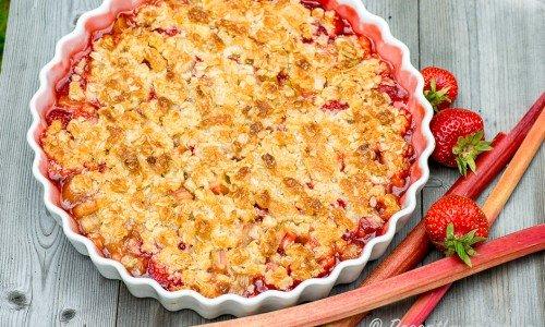 Smulpaj med jordgubbar och rabarber