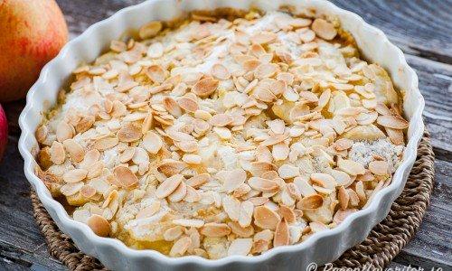 Snabb och lättgjord äppelpaj utan smuldeg med mandel, smör och mjöl i pajform.