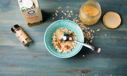 Häll på kokande vatten och låt grynen stå och svälla några minuter. Krydda med lite kanel och honung om du vill.