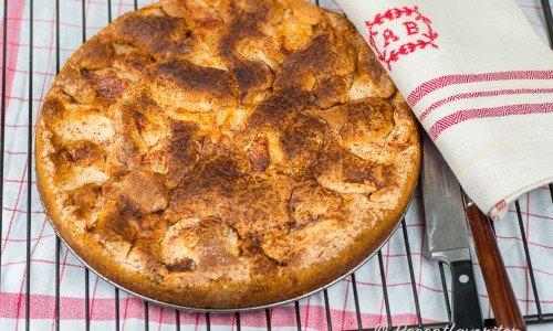 En sockerkaka där du sticker ner äppelbitar, toppar med smör, kanel och socker samt bakar som en sockerkaka i en form eller panna.