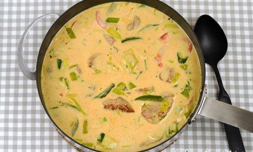 En snabblagad och lyxig gryta med fläskfilé, paprika, grädde, Dijon-senap, dragon och lite curry.
