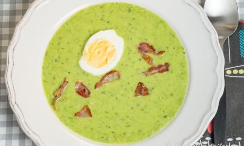 Soppa med gröna ärtor i tallrik